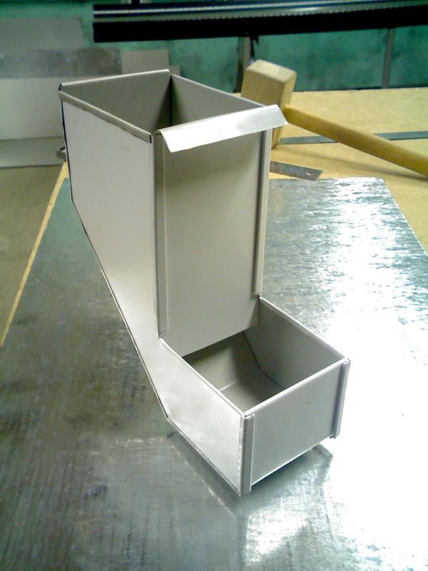 Из листов металла можно сделать бункерную кормушку