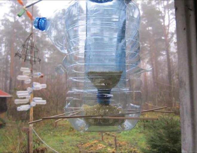 Кормушка из пластиковых бутылок делается быстро