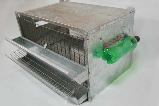 Клетка с желобковой кормушкой и самодельной поилкой