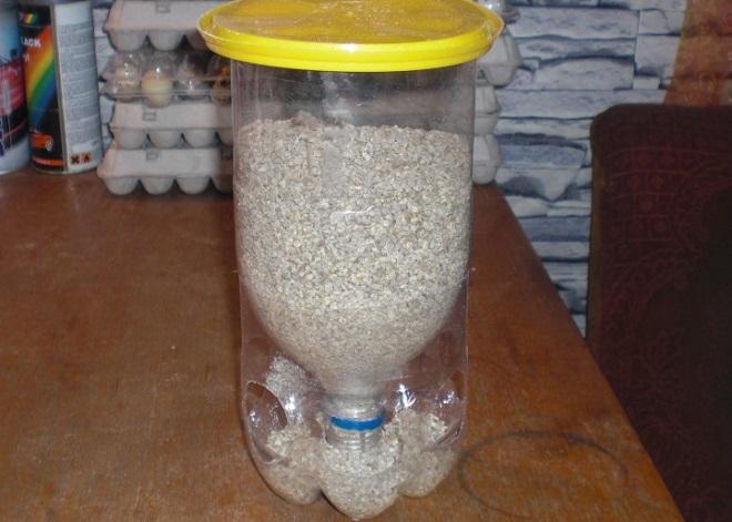 Бункерную кормушку можно смастерить из пластиковой бутылки