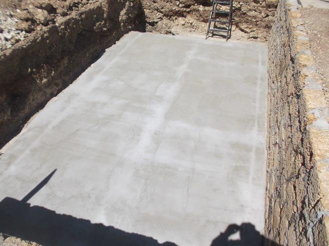 В основном стяжку дна делают из бетона