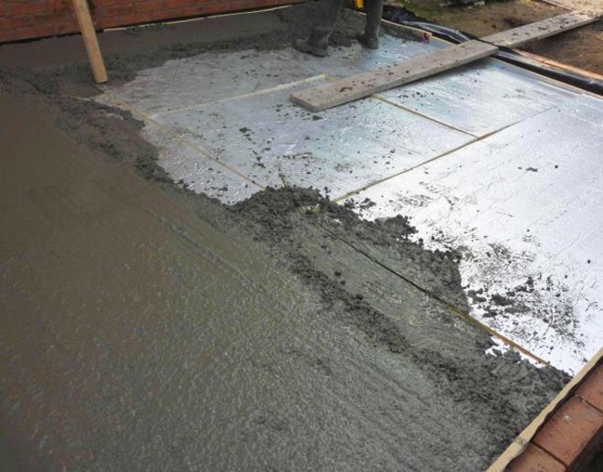 Всю поверхность пола заливают бетоном